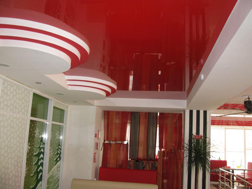 Красные натяжные потолки фото